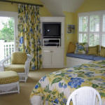 Who would not feel welcome in this sunny blue and yellow guest room